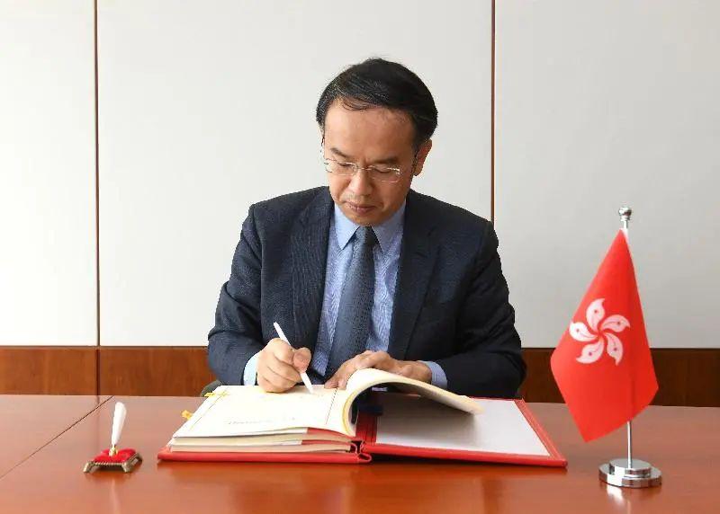 香港特区财经事务及库务局局长许正宇早前代表香港特区政府与格鲁吉亚签署全面性避免双重课税协定